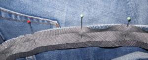 Speld het biasband aan de binnenkant van de broek tegen de rand.