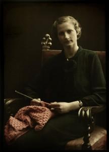 Portret van een vrouw, zittend in een stoel, met breiwerk in de hand, anoniem, ca. 1907 - ca. 1930