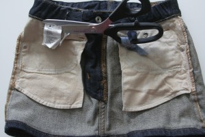 2. Keer het rokje en knip de labels er uit.